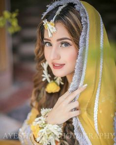 Bridal Mehndi Dresses, Indian Bridal Outfits, Pakistani Bridal Wear, Mehendi Photography, Bridal Photography, Girl Photography, Creative Photography, Photography Ideas, Hairdo Wedding
