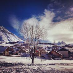 Vue sur les Aiguilles d'Arves depuis le bas du village à Albiez