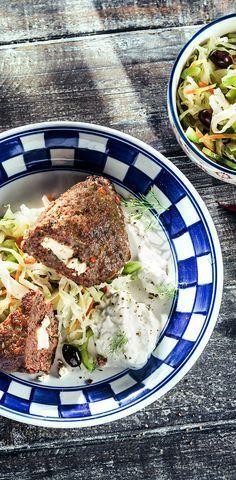Bifteki mit Krautsalat und Tzatziki #patros #käse #feta #fetacheese #bifteki #krautsalat #tzatziki #rezept #recipe