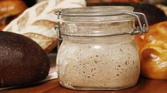 Så enkelt startar du din egen surdeg! Mata den var fjärde dag och du kan baka ett gott surdegsbröd när du vill.