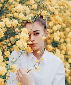 portraits photography ideas inspiration // yellow flowers indie pale photo ideas inspiration
