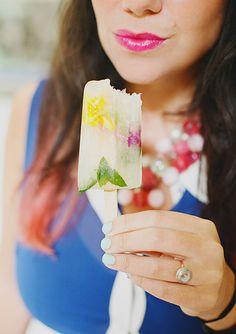 Lemonade green tea refreshing summer popsicles with edible flowers Summer Snacks, Summer Treats, Frozen Desserts, Frozen Treats, Summer Wedding, Diy Wedding, Green Tea Lemonade, Vintage Bunting, Homemade Popsicles