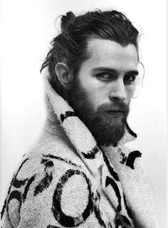 Man bun barbe coiffure homme