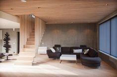 Daglig stue med designed trapp. Eik, betong, glass.
