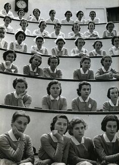 Student nurses in the amphitheater of Roosevelt Hospital, New York City, a photo by Alfred Eisenstaedt via vanished black and white photography Old Pictures, Old Photos, Vintage Photos, New York City, National Nurses Week, Vintage Nurse, We Are The World, Black White, Nurse Life