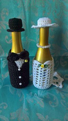Bodas de crochet Knit Or Crochet, Crochet Gifts, Crochet Stitches, Crochet Designs, Crochet Patterns, Crochet Jar Covers, Wedding Wine Bottles, Wine Bottle Covers, Crochet Wedding