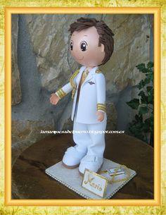 Guapisimo que iba con su traje blanco con adornos dorados.