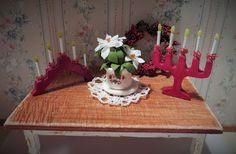 Jaanan nukkekoti - Nukkekoti Vanharoosa: DIY; kynttelikkö 1:12 Miniature Christmas, Barbie, Holiday, Diy, Crafts, Home Decor, Miniatures, Christmas, Crafting