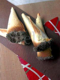 CONNO - Coni di piadina con crema di tonno e carote allo zenzero e rafano Vai alla ricetta: http://slelly.blogspot.it/2015/01/conno-coni-di-piadina-con-crema-di.html