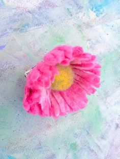 Daisy flora, pink and white brooch or hair pin. Hand made felted. Today ready to go. Flower Brooch, Gifts For Friends, Hair Pins, Flora, Daisy, Felt, Big, Rose, Free Delivery
