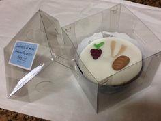 Cupcake de baunilha com recheio de morango com chocolate decorado para primeira comunhão