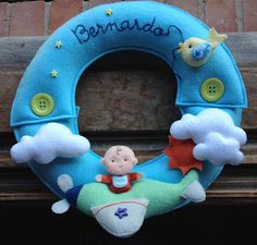 : Porta de maternidade - guirlanda aviãozinho Mobiles, Felt Baby, Felt Patterns, Baby Decor, Baby Names, Handmade, Reading, Books, 15 Years
