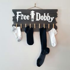 Made this Free Dobby Harry Potter sock board today. So easy to make: stained a wooden board, traced the letters, painted them using white paint and then added gold clothespins...violà!
