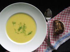 Herbstzeit ist wieder Suppenzeit! Und im Thermomix kann man einfach die besten und cremigsten Suppen kochen, zum Besispiel diese feine Fenchel-Safran-Suppe.