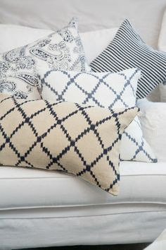 blue and white Living Room Inspiration, Interior Inspiration, Repurposed Furniture, Home Furniture, Throw Rugs, Throw Pillows, Neutral Colour Palette, Linens And Lace, Cozy Cottage