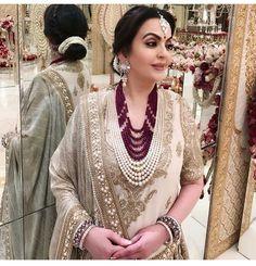 Here's a look at Nita Ambani's Royal Outfits From Akash Ambani And Shloka Mehta's Wedding That Stole The Show - HungryBoo Nita Ambani, Pearl Necklace Designs, Gold Necklace, Pakistani Jewelry, Royal Clothing, Indian Earrings, Indian Designer Wear, Indian Wear, Wedding Jewelry