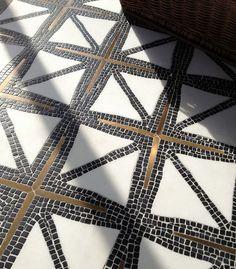 Плитка на пол в коридоре: 55 практичных решений дизайна прихожей (фото) http://happymodern.ru/plitka-na-pol-v-koridore-praktichno-i-estetichno/ Изысканный узор из мозаики, собранный вручную