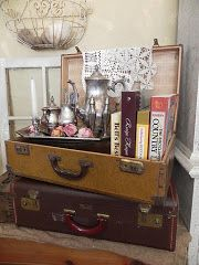 (A través de CASA REINAL) >>>>  Love the display of a tea service and cookbooks in vintage luggage