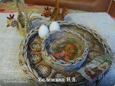Поделка изделие Пасха Плетение Чайку??? Самовар плетёный и пасхальные подносы Бумага газетная Трубочки бумажные фото 13
