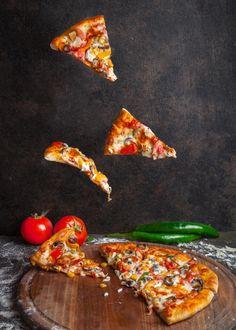 Burgers Pizza, Pizza Napolitaine, Salami Pizza, Food Poster Design, Food Design, Pizza Champignon, Pizza Facil, Comida Pizza, Healthy Eating Recipes