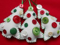 Cute felt Christmas tree ornaments with buttons. I could make these, right? Now, if only I knew how to sew...