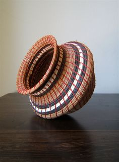 Pine needle basket, hand woven and finished with bees wax. Paper Weaving, Weaving Art, Hand Weaving, Pine Needle Crafts, Pine Cone Crafts, Pine Needle Baskets, Weaving Designs, Native American Crafts, Pine Needles