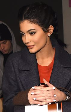 ~I'M AT A LOSS FOR WORDS, FINALLY! WHO KNEW KYLIE WAS THIS TOTALLY BEAUTIFUL, STUNNING YOUNG WOMAN? SHE'S FULLY CLOTHED, IT'S NOT A SELFIE, AND HER LIPS LOOK NORMAL, WAIT, IS THIS KYLIE JENNER? SHE'S BEAUTIFUL WHEN CAUGHT OFF GUARD! GO KYLIE!