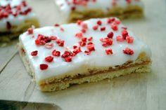 Opskrift på rabarbersnitter med glasur og frysetørrede jordbær