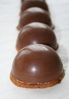 mélo cakes. coque en chocolat. base gâteau sablé. intérieur : oeuf en neige