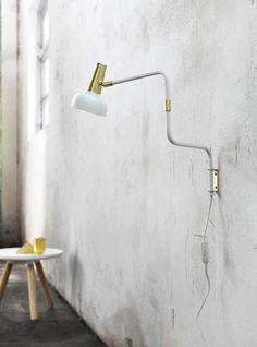 Justerbar vägglampa i vitt med mässingdetaljer. Lamp Design, Cool Lighting, Interior Inspiration, Home Accessories, Wall Lights, Living Room, Home Decor, Vit, Attic