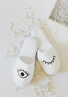 now that it's december, i wanted to create some simple DIYs that would make perfect holiday gifts! man or woman, everyone wears slippers. so making your loved one a custom pair of slippe. Diy Gifts For Friends, Gifts For Teens, Diy Holiday Gifts, Christmas Diy, Cheap Holiday, Homemade Christmas, Do It Yourself Mode, Clever Diy, Easy Diy