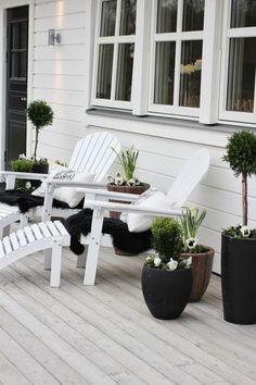 Decoration Chic Black And White Outdoor Spaces Modern White Wooden Beach Chairs Modern White Cushion Modern Black Vase Classic Laminate Flooring Extraordinary Comfortable Outdoor Design Full Combined with Black and White Outdoor Rooms, Outdoor Gardens, Outdoor Living, Outdoor Decor, Exterior Design, Interior And Exterior, White Deck, Boho Deco, Outside Living