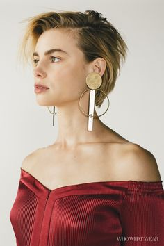 LucyFry makes horror films but can't watch them, teaches body-painting in Costa Rica, and looks frankly stunning in this season's off-the-shoulder styles. Tap the link in our bio to read her honest, brilliant interview. Blond Amsterdam, Cute Earrings, Statement Earrings, Brown Earrings, Hoop Earrings, Boho Hippie, Movie Tattoos, Best Jewelry Stores, Schmuck Design