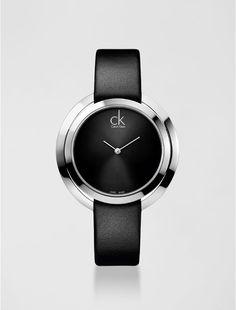Relógio analógico feminino Calvin Klein com pulseira em couro preto e caixa em aço, vidro em cristal mineral. Resistência à água: 3 BAR. Mecânismo Suíço,função hora e minuto.