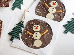 Homemade Treat: Snowman Chocolate Bark Delicious, adorable and easy to whip up even for a big group of people, these sweet snowmen will delight everyone on your Christmas gift list. Homemade Food Gifts, Edible Gifts, Homemade Christmas Gifts, Christmas Crafts For Kids, Christmas Baking, Handmade Christmas, Christmas Treats For Gifts, Diy Food, Chocolate Navidad