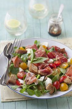 mâche, tomate cerise, mozzarella, jambon cru, croûtons, vinaigrette Paleo Recipes, Cooking Recipes, Cheese Salad, Summer Recipes, Food Inspiration, Love Food, Food Porn, Food And Drink, Healthy Eating