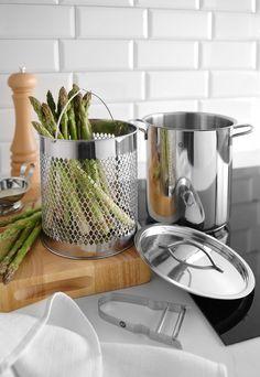 Ben jij ook een echte fan van Asperges? Deze Hendi aspergepan maakt het mogelijk om asperges niet alleen klaar te maken, maar ook de heerlijk smaak te behouden. Voorzien van een handig mandje, waarmee je de asperges in één keer uit het water tilt. En bovendien is de pan vervaardigd uit 18/10 roestvrij staal en heeft een inhoud van 4 liter. Hot Dogs, Herd, Kitchen, Asparagus, Noodles, Stainless Steel, Tips, Cooking, Kitchens