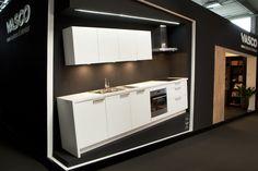 Een compacte, basic maar trendy keuken. Met voldoende opbergruimte, een grote en kleine spoelbak met verlek, een keramische kookplaat en een grote oven heb je alles bij de hand.