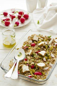Un classico di questo periodo realizzata con ingredienti di stagione: insalata di farro con fave e ravanelli.