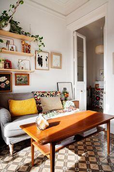 Etagères au dessus du canapé + petits tableaux