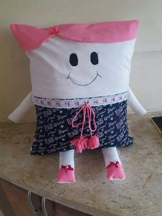 Sewing Projects For Kids, Sewing For Kids, Sewing Toys, Sewing Crafts, Diy Pillow Covers, Reading Pillow, Soft Dolls, Doll Crafts, Fabric Dolls
