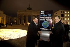 WWF Earth Hour event 2012, Berlin in front of the Brandenburger Tor - Foto: (c) David Biene - earthhour.wwf.de/