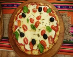 Para el salteado de cebolla, en sartén con oliva, rehogar el ajo y cebollas picados y salpimentar. Para el salteado de hongos, en sartén con oliva, dorar los hongos en mitades y las lonjas de panceta para que queden crocantes.  Para la masa, en un bol, colocar la miga de pan rota hidratada en leche más los huevos, el queso rallado y sal y pimienta. Amasar y colocar en pizzera con base de oilva formando la base. Cocer al horno fuerte por unos 5 minutos.  Pintar con salsa de tomate, cubrir…