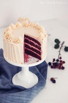 Red Velvet-Torte mit Buttercreme und weißer Schokolade