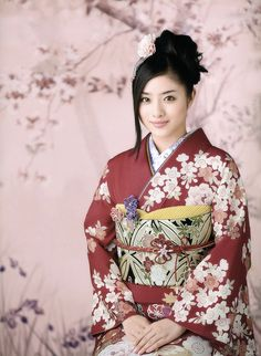 Contemporary kimono and obi worn by Satomi Ishihara.