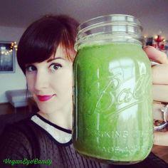 """Jeden Tag ist unser Körper schädlichen Umwelteinflüssen ausgesetzt ... Abgase, Stress, Giftstoffe aus der Nahrung und so weiter. Aber zum Glück gibt es eine Reihe von Nahrungsmitteln, die helfen, den Körper zu entgiften. Und die NOCH bessere Nachricht: Das kann sogar richtig lecker schmecken: Mit einem frischen, süßen grünen Smoothie! Hier kommt mein Rezept für eine grüne köstliche giftstoffeverscheuchende junghaltende Vitaminbombe mit folgenden Stars unter den """"Superfoods"""":  Babyspinat…"""