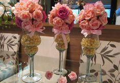 Valor unitário de cada taça R$ 89,90    Corresponde a 1 bola de flores cor rosa e pink tam. P bola com aprox.20 rosas, medida total deste arranjo 40 cm.alt.  _____________________________________________    Taça ideal para várias decorações veja:  quarto bebê, mesa festa provençal, mesa bolo,mesa doces,mesa bem casado, mesa lembrancinhas, centro mesa convidados, mesa chá bebê    Bola de flores disponível nas cores:  Branco,champagne,lilás,vermelho,laranja,amarelo,pink,rosê,rosa-bebê,roxo…