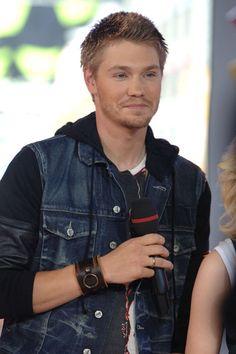 Lucas Scott.. You hold that microphone! Mmmhmm<3