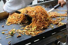 Przysmaki japońskiej kuchni podbijają serca smakoszy na całym świecie. Tradycyjne dania, które przybywają do nas zkraju Kwitnącej Wiśni zyskują coraz większą ilość sympatyków. Jednym z posiłków, który króluje zarówno na japońskich, jak i europejskich stołach jest Yakisoba. Co dokładnie kryje się pod tą orientalną nazwą?