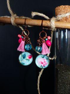 Boucles d'oreille défit du mois de MAI Boutons de rose esprit vintage cabochon en verre loupe : Boucles d'oreille par maia-la-belle